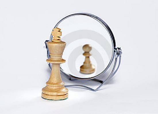 rei_olhando_espelho